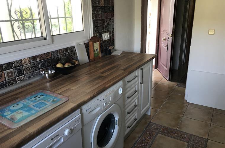 Kitchen with slimline dishwasher and washing machine