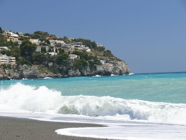 Waves in the bay of La Herradura