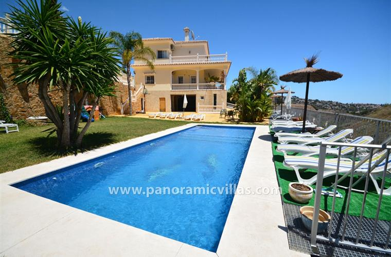 Beautiful villa with private pool sleeps 15 guests