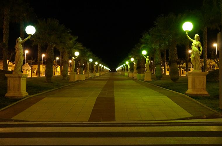Mazarron Country Club: Main boulevard at night