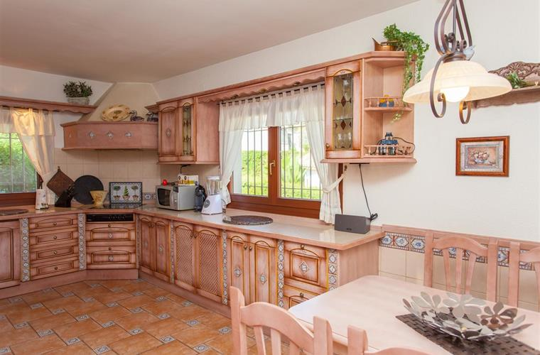 The well equipped and cozy kitchen with breakfast/dining area.