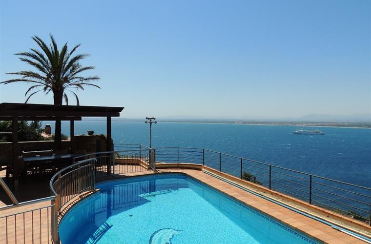 Beautiful Villa with Views over the Bay of Roses