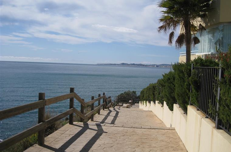 walkway between the sea and the residence