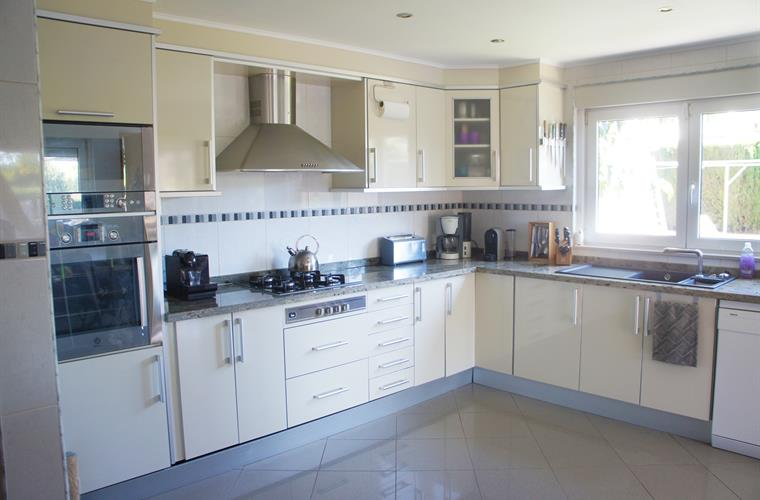Large and fully fitted kitchen