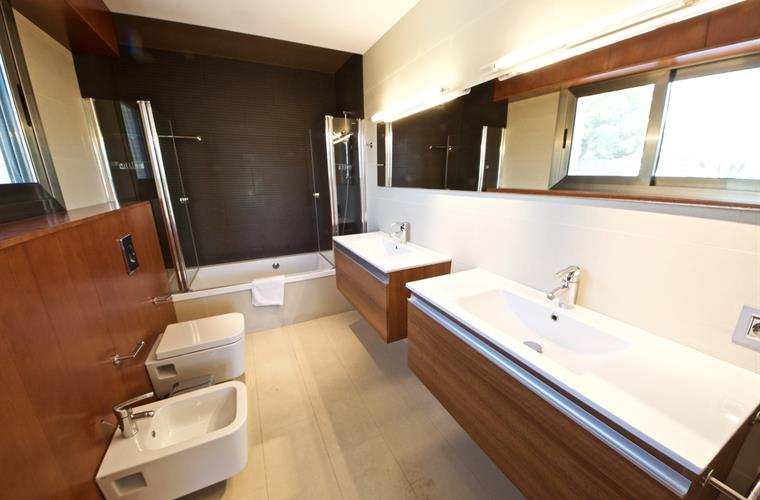 The ensuite bathroom for bedroom 2
