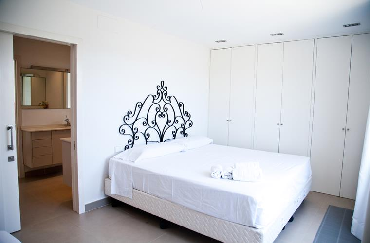 Doble bedroom with king size bed