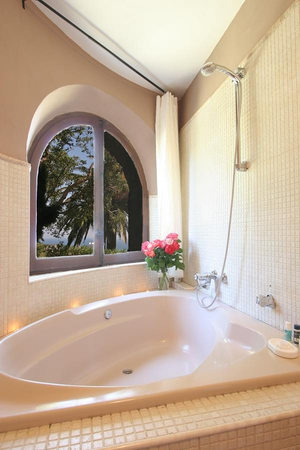 The nest bathroom with views to the garden and the sea