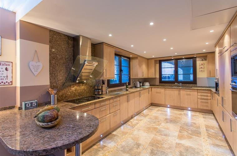 Cool granite worktops and plenty of space for gourmet creations!