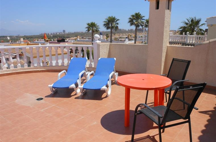 Solarium with sun loungers and table & chairs