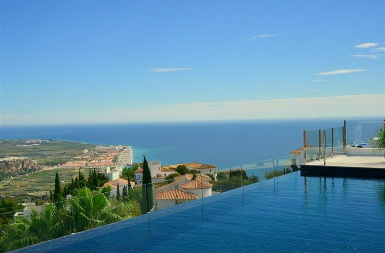 Infinity pool with great views to sea, mountains and town