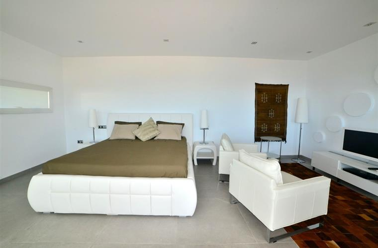 Spacious master bedroom with 180 cm bed, sitting area & TV