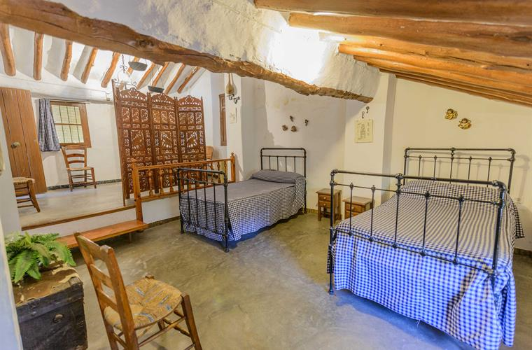 Loft area with playground and 3 beds of 1.05 x 1.90 m.