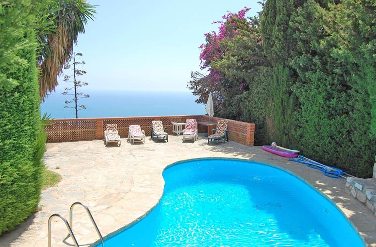 Pool, sunbathing area and sea view - superb