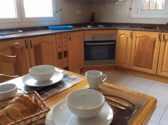 Fully equipped breakfast kitchen with brand new oven and hob