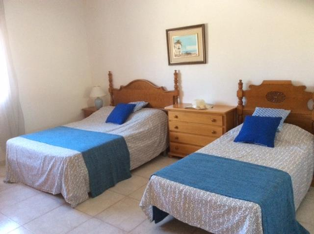 Bedroom with 1 double and 1 single bed, sleeps 2-3