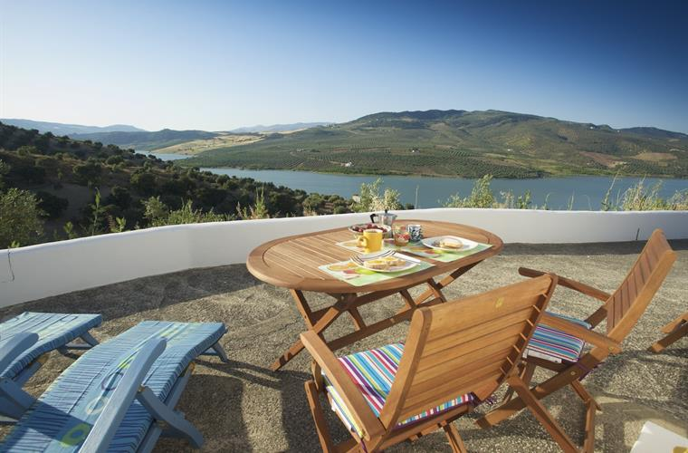 The breakfast terrace with view over the lake. Furniture provided.