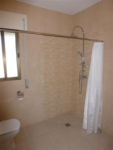 Walk in shower room (1)