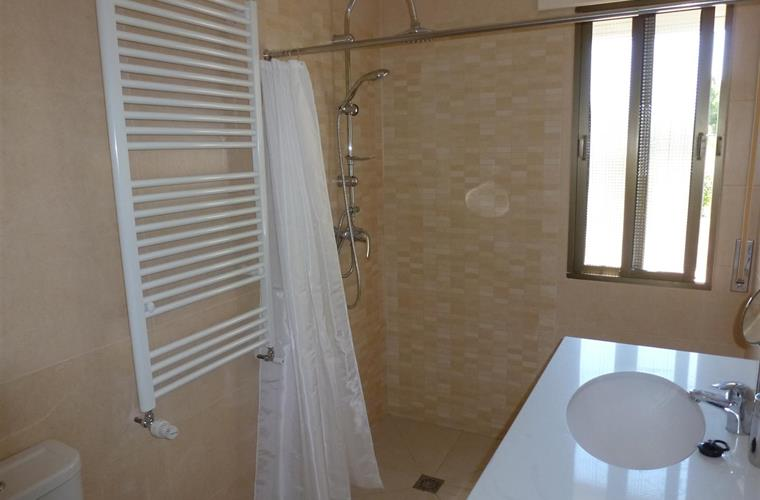 Walk in shower room (2)