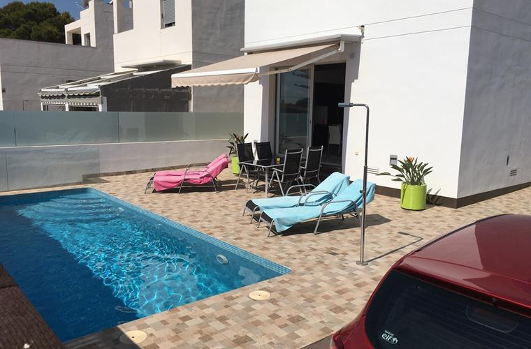 Pool with front terras