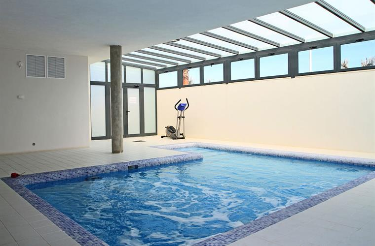 Heated indoor pool with jacuzzi, showers and sauna