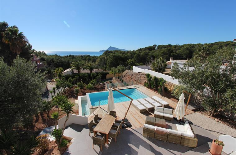 Views from the villa to the terrace, pool and sea!