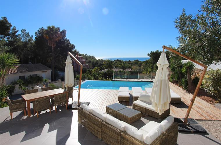 Terrace, pool and sea views!