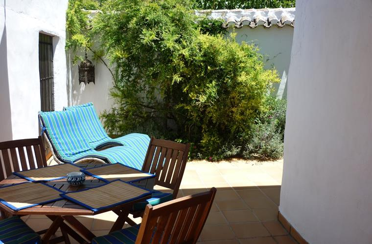 Eating, relaxing and barbecuing in Casita Liebre's courtyard