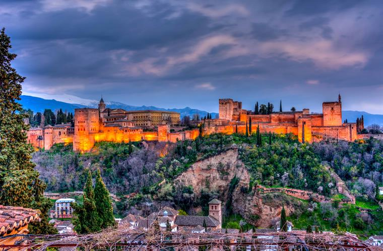 Less than an hour away from Granada with the beautiful Alhambra!
