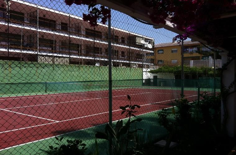 Access to tennis court