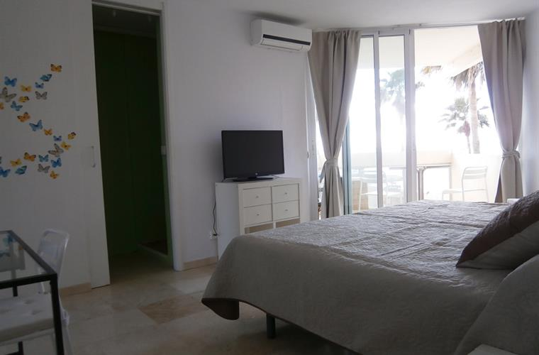 Bedroom with 2 bed 1.05 cm and TV