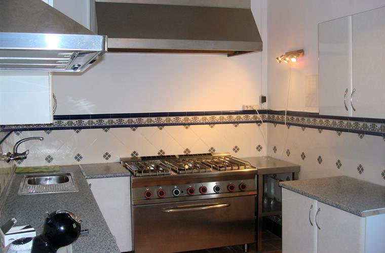 The second kitchen with restaurant-quality cooker