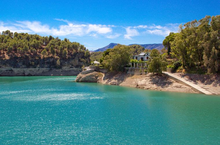 The stunning Andalucian lakes at El Chorro