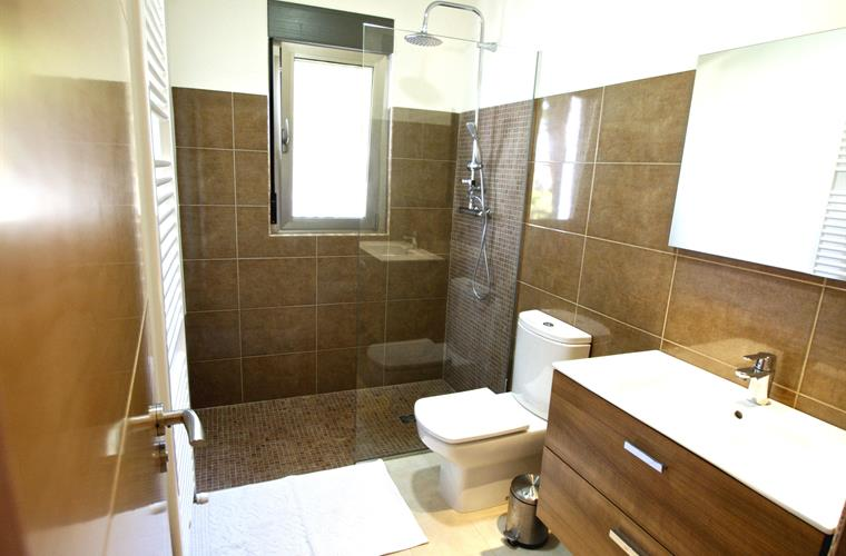 bathroom 4th bedroom