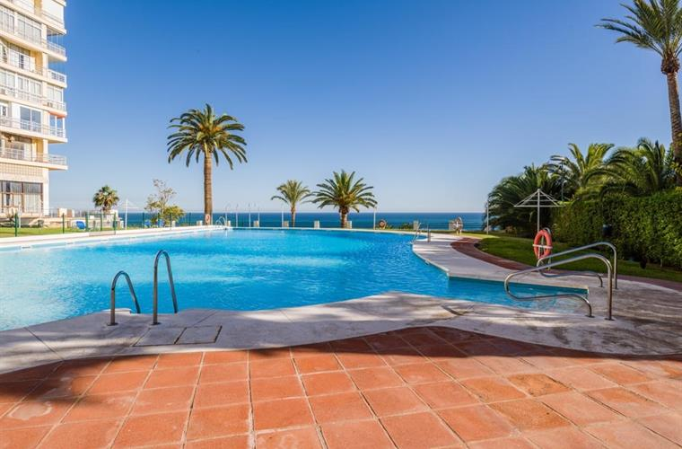 the pool, open from 15/5 untill 15/10, with plenty of sunbeds