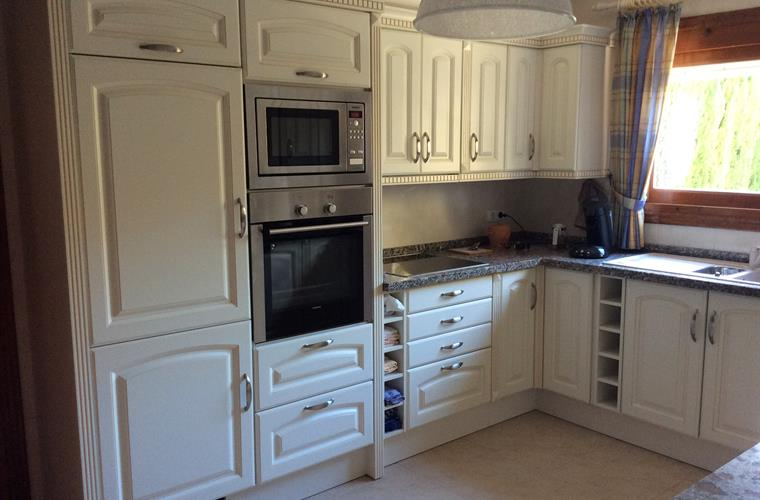 The fully fitted kitchen offers all you need