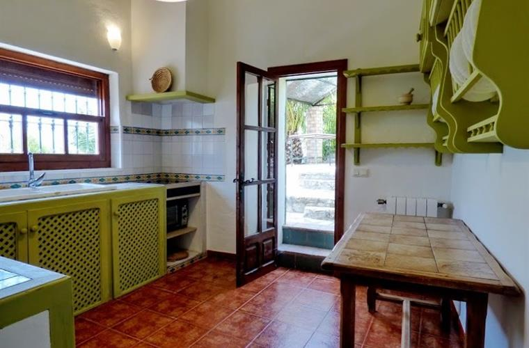 Kitchen full equipped and acces at babaque area