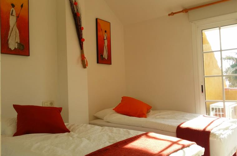 The Orange Room - Two single beds, direct Sea views.