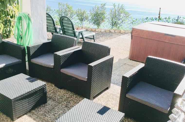 Live: Outdoor seating with BBQ and fantastic ocean views