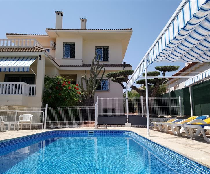 Main view of the villa ( privat and fenced pool +  deckchairs )