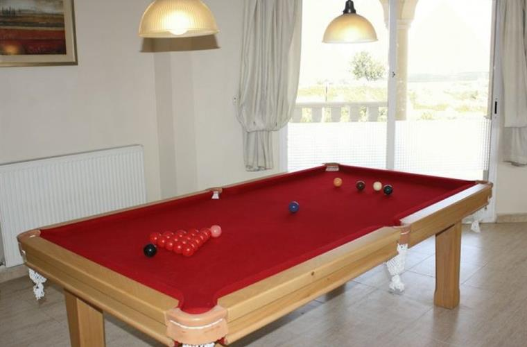 Dining table in livingroom, adjustable to pooltable.
