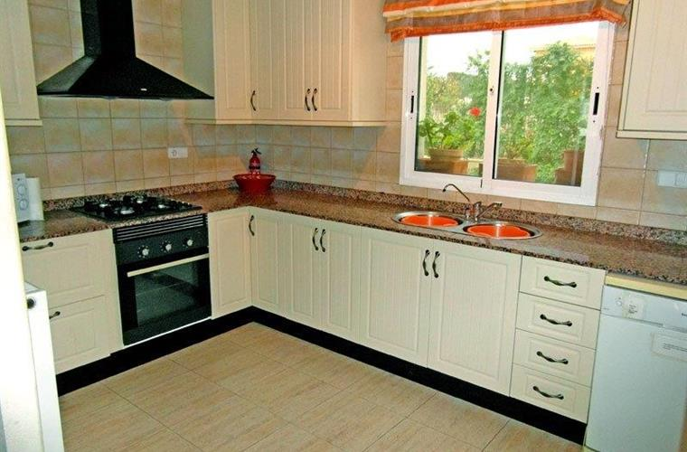 Kitchen with oven, 4 gas pits, microwave, dishwasher, fridge