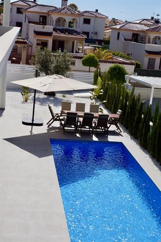 Locations en villa de vacances la marina 35873 for Pool garden marina mandarin