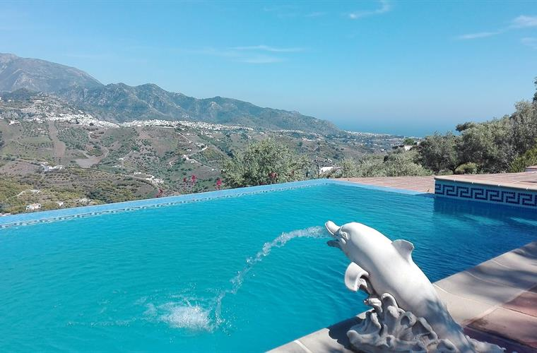 endless swimming pool with views onto the mountains and the Med