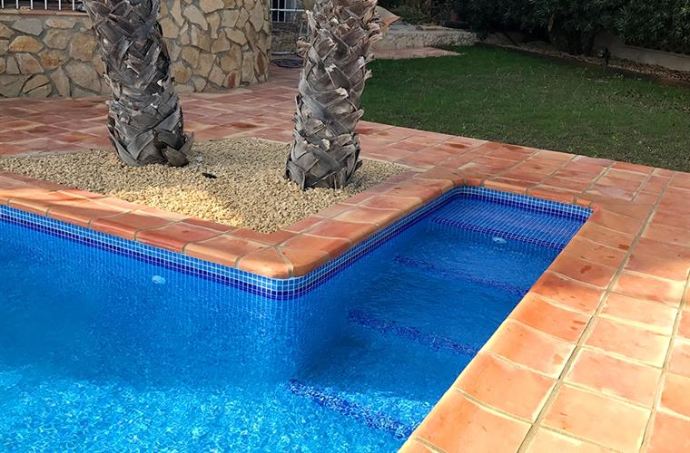 Roman steps for easy access in and out the pool