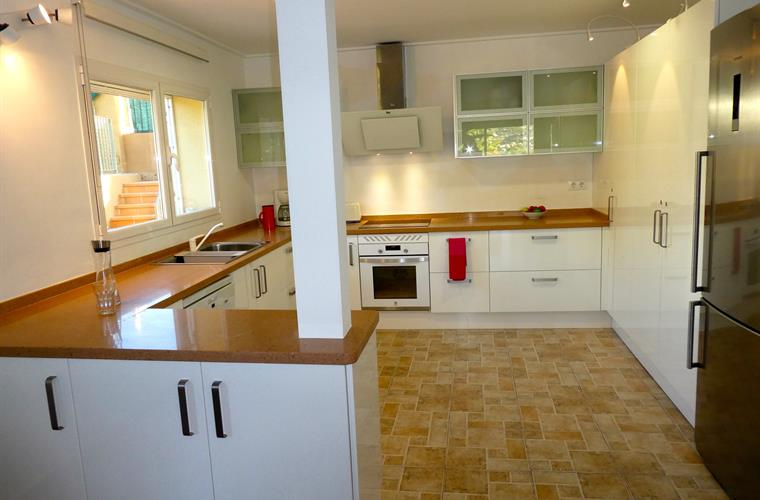 Large, clean, modern kitchen, it is a pleasure to cook here!