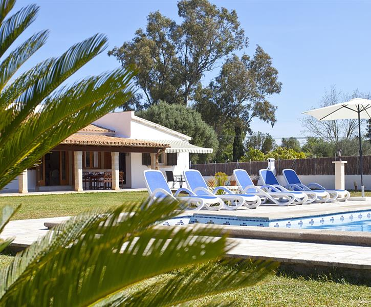 Villa Ref.117 welcomes you with a great garden and private pool