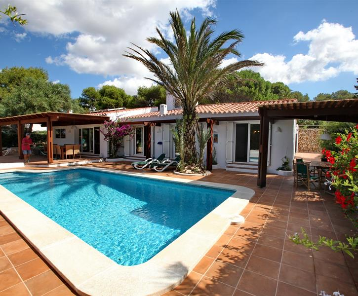 Beautiful 5 bedroom villa 100m from the sea