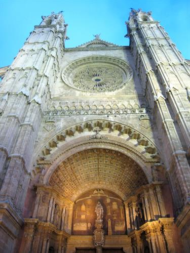 Spectacular Palma Cathedral, 15 mins by car or 25 mins on bus