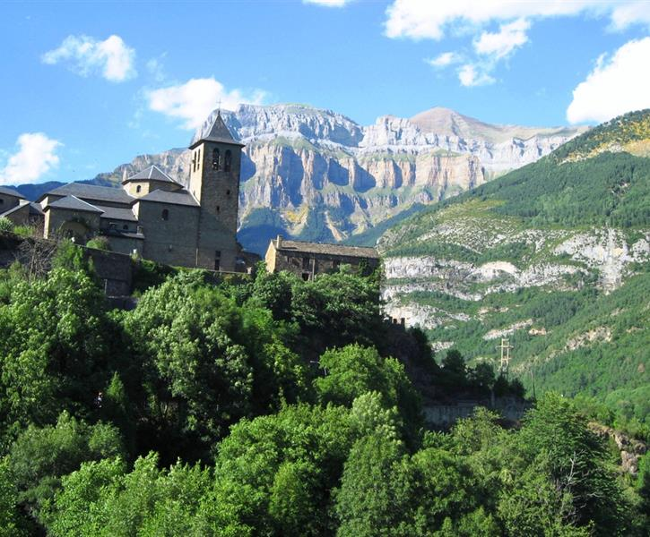 Torla in summer, Casa Petirrojo below the church.