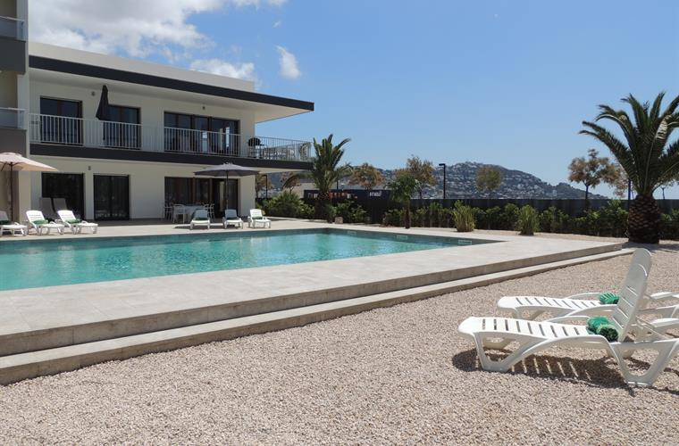 Flat by the Beach with shared Pool